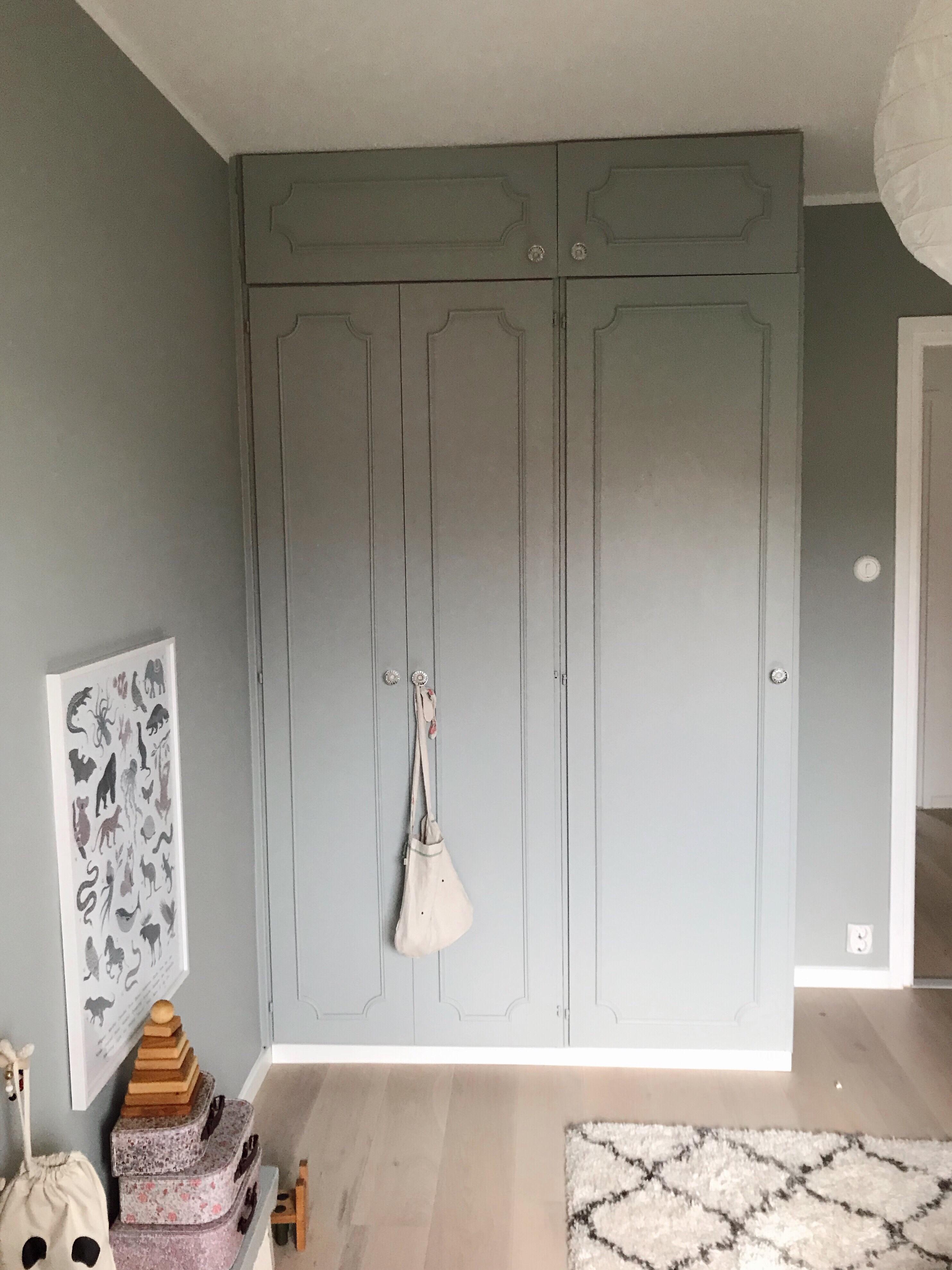 Gillar verkligen dessa gamla dörrar och det kändes fel att bara riva ut. Dessutom  tycker jag de passar alldeles utmärkt i ett barnrum. f5dbc217bd044