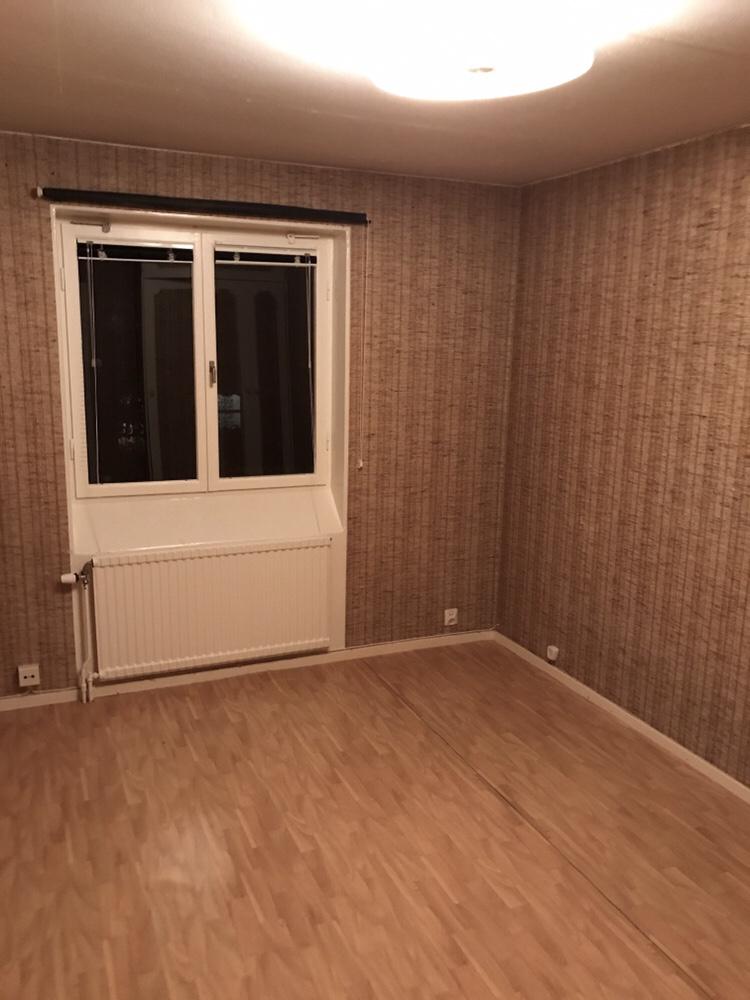 Golvet revs bort i hela huset och ersattes med genomgående plankgolv från  Golvabia a313edccdeece